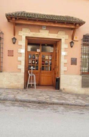 Brihuega, Ισπανία: Entrada al bar y restaurante la cual está ubicada en Avenida de la Constitución nº 26