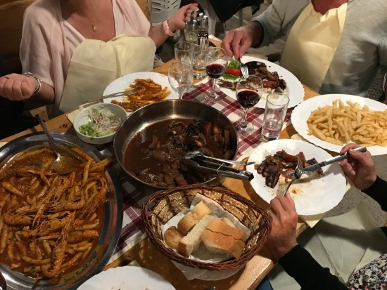 Zrnovo, Chorwacja: A gauche, macaronis aux scampis au centre, poulpe à la peka