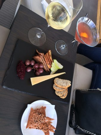 Te Awanga, Nieuw-Zeeland: Small platter with wine and a cocktail