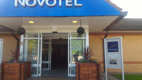 Worsley, UK: View of the hotel entrance