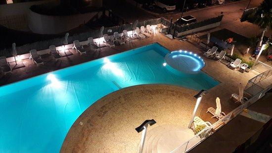 Casa del Mar Residence & Beachresort: vista notturna della piscina dal solarium