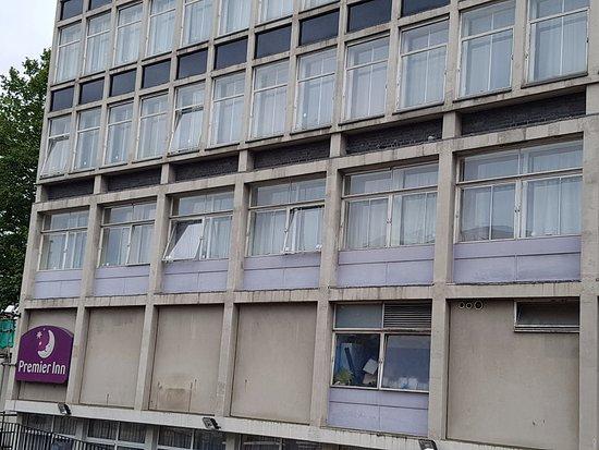 Premier Inn London Putney Bridge Hotel: Very unappealing building, but standard Premier Inn once inside