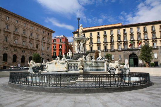Risultati immagini per foto di piazza municipio napoli