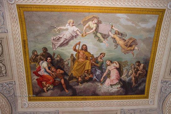 Govone, Italy: Affresco col al centro rappresentato il re con lo scettro