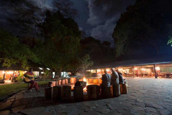 Siana Springs: fire place and an African musician