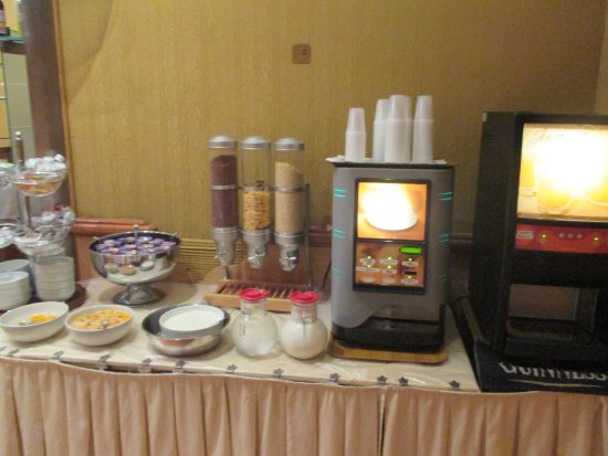 Hotel Corot : A pesar de tener máquina de café puedes pedir uno gratis en regimen de desayuno.
