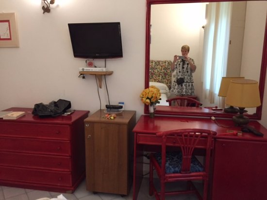 Hotel Savoia: Dated furniture