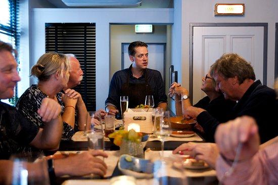 Papendrecht, Países Bajos: Chef-kok in contact met zijn gasten