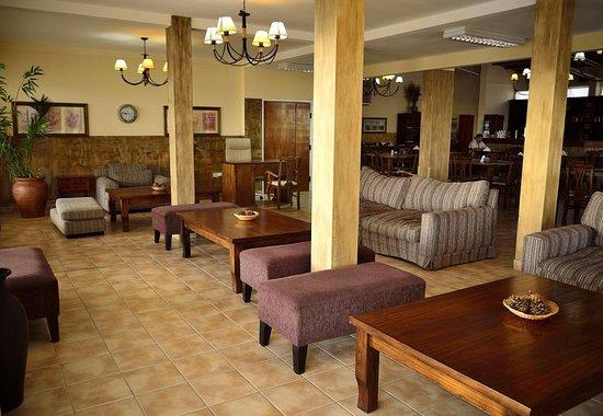 Puerto San Julian, Argentinië: sala de estar del restaurante..comodo y calido
