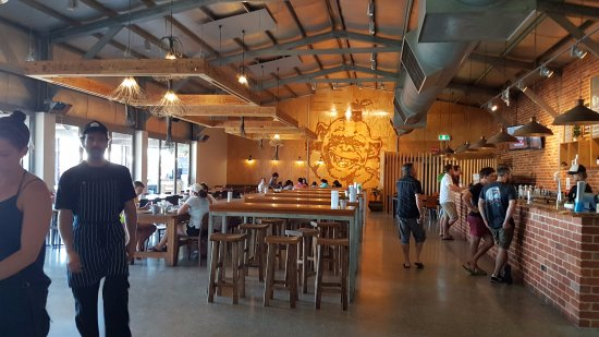 Cheeky Monkey Brewery and Cidery: Bar area