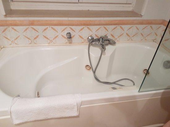 Biasutti Hotel: baignoire à remous, vieux système