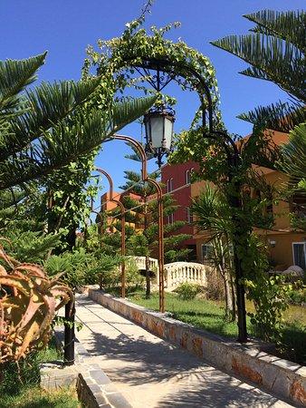 Orpheas Resort: Torbogen mit Weg zum Strand