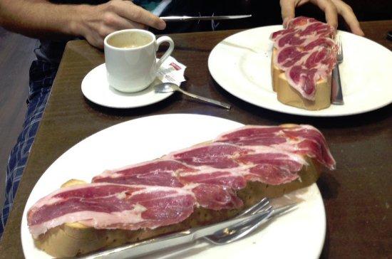 Bejar, สเปน: super tostas de jamon con tomate
