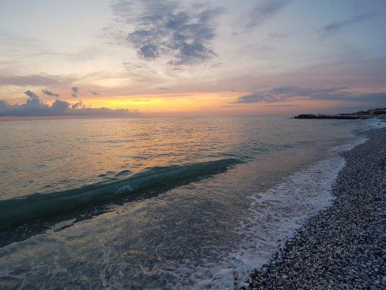 Boboba Il Villaggio: La plage juste en face de la résidence.