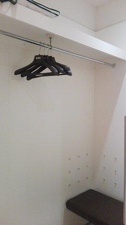 Cabina armadio con appendiabiti e panca - Picture of ...