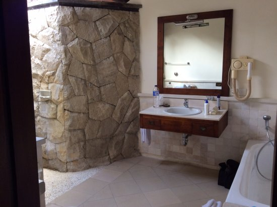 Puri Bagus Candidasa : Spacious bathroom but outdated hairdryer
