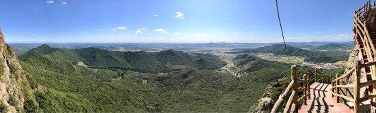 Shangzhi, Cina: Начало сентября... Восхитительный вид с горы, пиковая точка которой достигает 2145.5 м