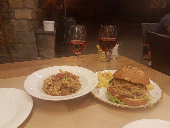 Tauerna Urtau Vielha: Risotto de verduras y hamburguesa de quinoa