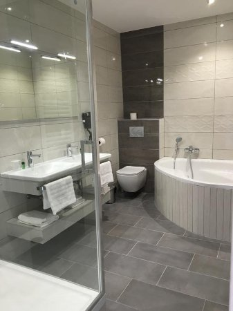 Grande Salle de Bain Moderne & Confortable - Photo de Hôtel Saint ...