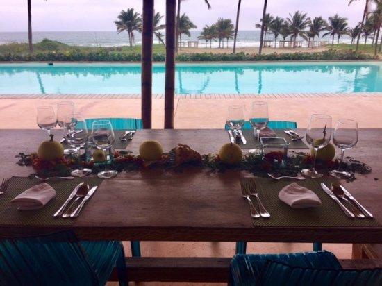 Tanusas Retreat & Spa: mesa con vista de la playa