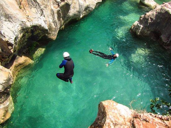 Colungo, Spain: Des sauts dans l'eau turquoise