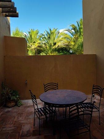 Casa de Aves: Mesas dentro de un pequeño patio de la habitacion