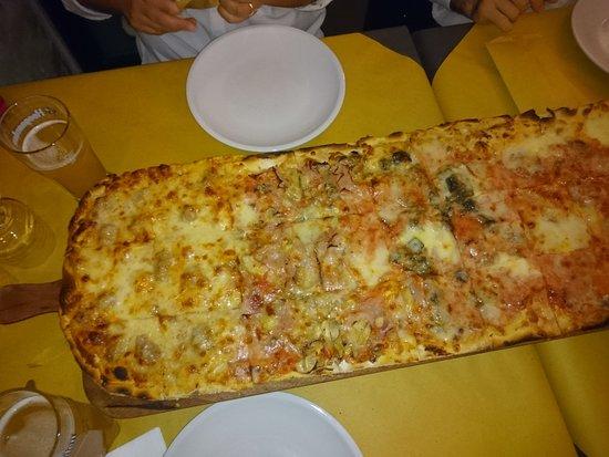 Pizzeria L'Antico Portone : Pizza 1 metro - lato sx