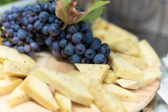 Barban, Kroatien: the cheese and grapes