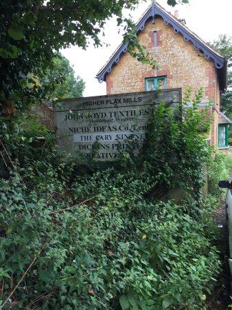 Castle Cary, UK: Skylten var inte lätt att hitta bland all grönska!