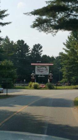 Bracebridge, Kanada: Welcome sign to Santa's Village