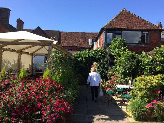 Alfriston, UK: Looking back towards the inside restaurant