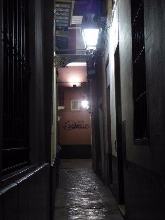 """Acceso al Hotel Murillo, por el """"callejoncito"""" Reinoso"""