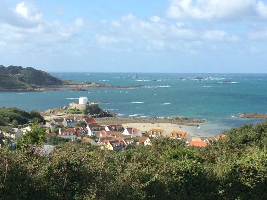 St. Pierre du Bois, UK: Ten minute walk through gardens and valley to Fort Grey