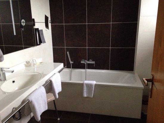 Unterreichenbach, Germany: Bad hinter der Tür ist noch eine extra Dusche