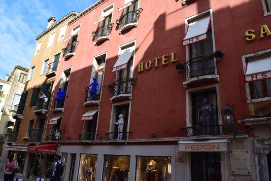 Hotel Saturnia & International: Front of hotel