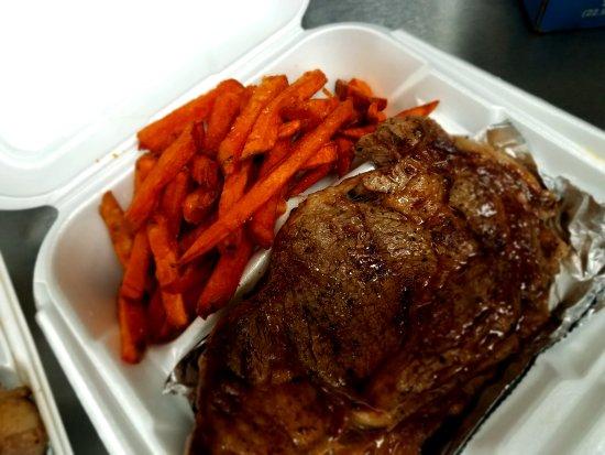 Kenly, Carolina del Norte: Black Angus Rib Eye with Sweet Potato Fries .