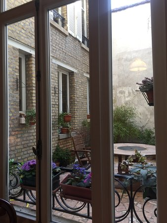 Maison d'hotes Les Telliers : Courtyard outside the library windows.