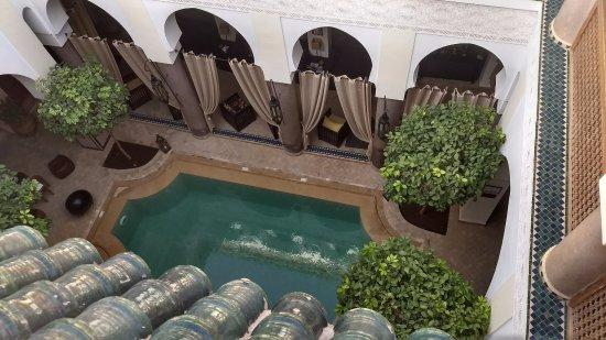 Palais Riad Calipau Marrakech: Vista desde el tercer piso hacia abajo, pileta
