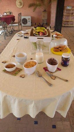 Palais Riad Calipau Marrakech: Desayuno super completo: café, té, yogurt, leche, frutas, cereales, porotos, panes, mermeladas