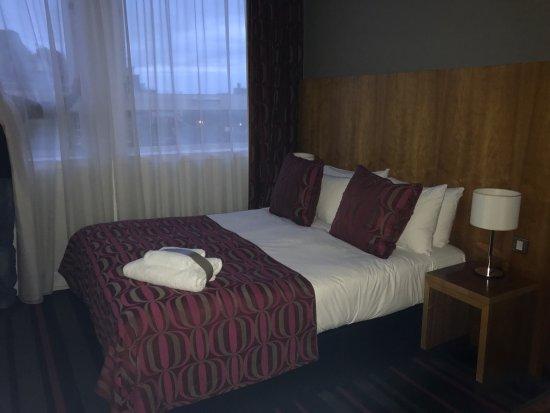 Apex Grassmarket Hotel: Unser Zimmer, die kleine Apex-Badeente und der Blick vom Hotel zum Castel