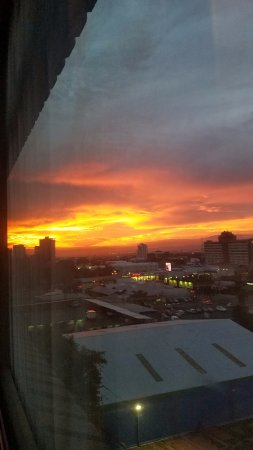 Tryp by Wyndham San Jose Sabana: View of the sunset from our room