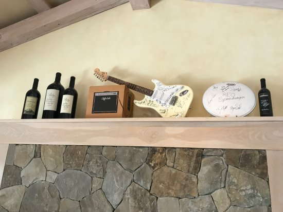 Yountville, CA: Musician artifacts in main lobby.