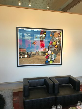 Yountville, Califórnia: Eclectic art in tasting room.