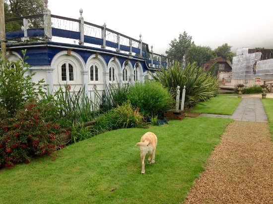 Streatley on Thames, UK: In the grounds by the beautiful old Magdalen College river boat