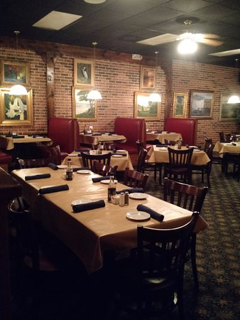 The Grill House: Empty dining area