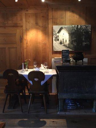 Sagogn, Schweiz: Ein 4er Tisch im Esssaall links, direkt neben einem kleinen Kachelofen