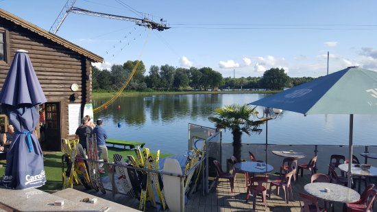 Hooksiel, Allemagne : Blick von den Terassen über die Wasserskianlage
