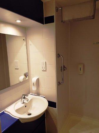 Il bagno essenziale ma completo - Picture of Travelodge Edinburgh ...