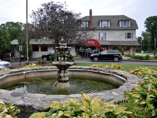 North Stonington, CT: Mystic Pizza II - Exterior With Fountain