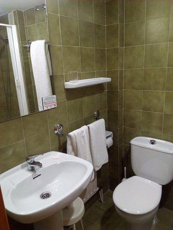Hotel Colon 27 : zona de baño, decoracion anticuada pero muy limpio